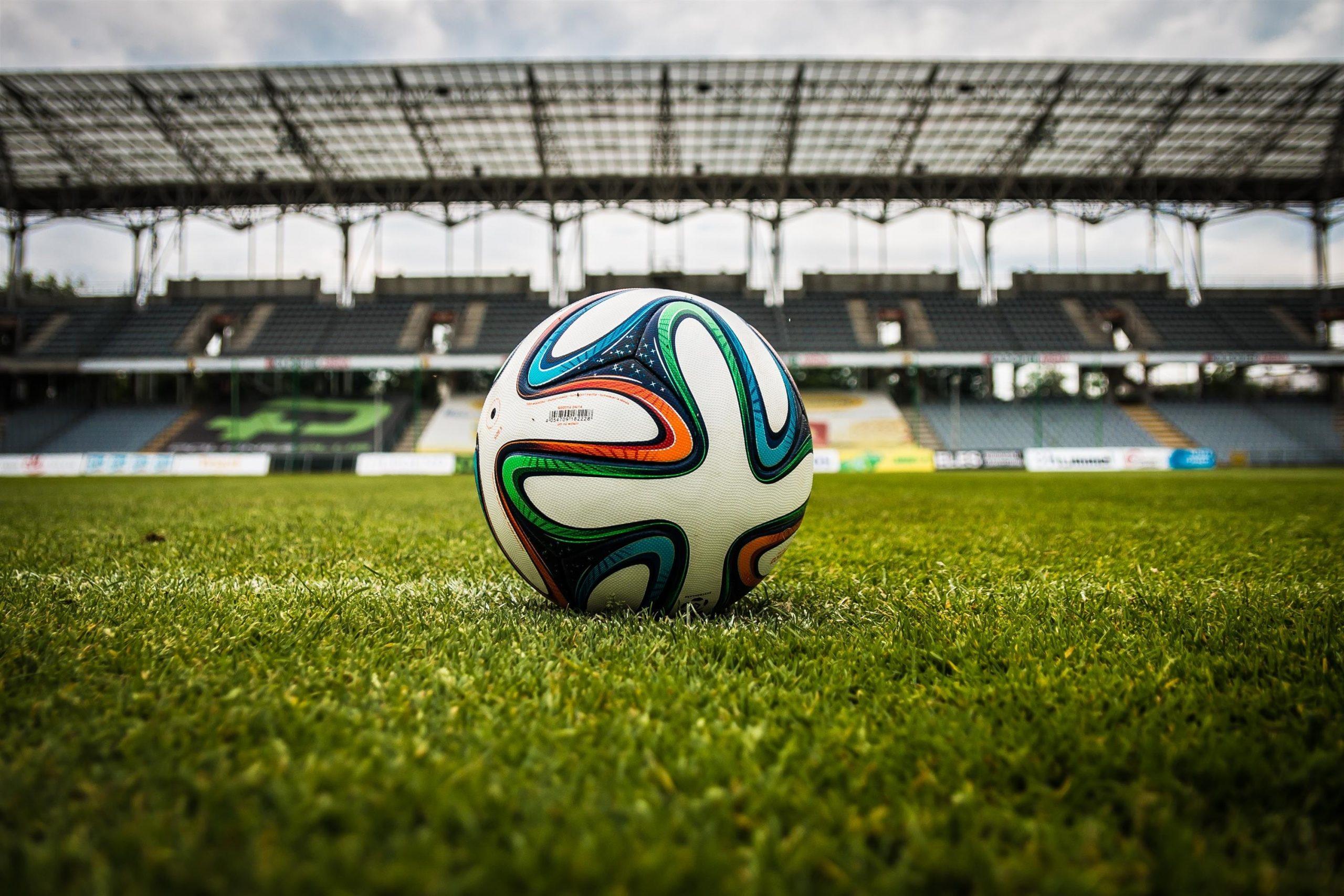 ballon sur un terrain de football